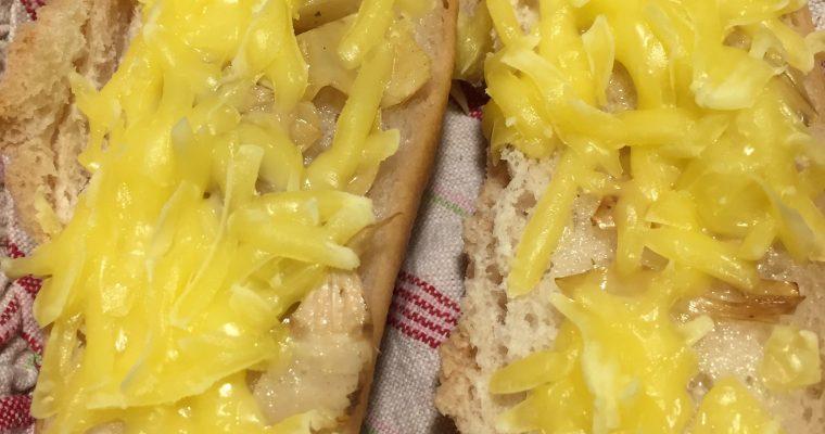 Brød med grillet artiskok og ost